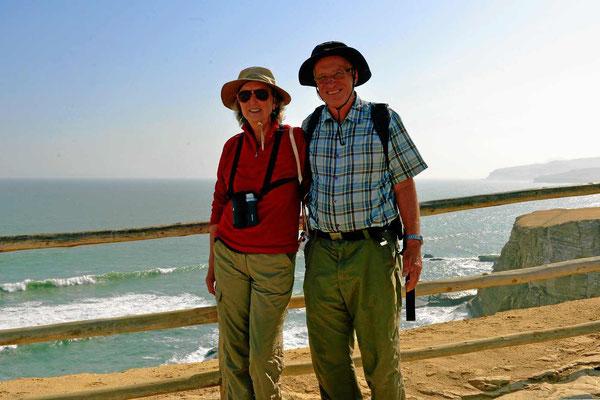 Zwei Weltreisende am Pazifik.