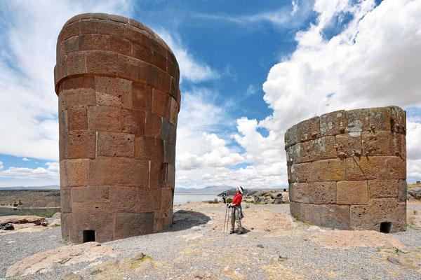 Zwei Inca-Grabtürme. Durch die kleine Öffnung am Boden konnte man hinein kommen, nichts für Leute mit Platzangst.