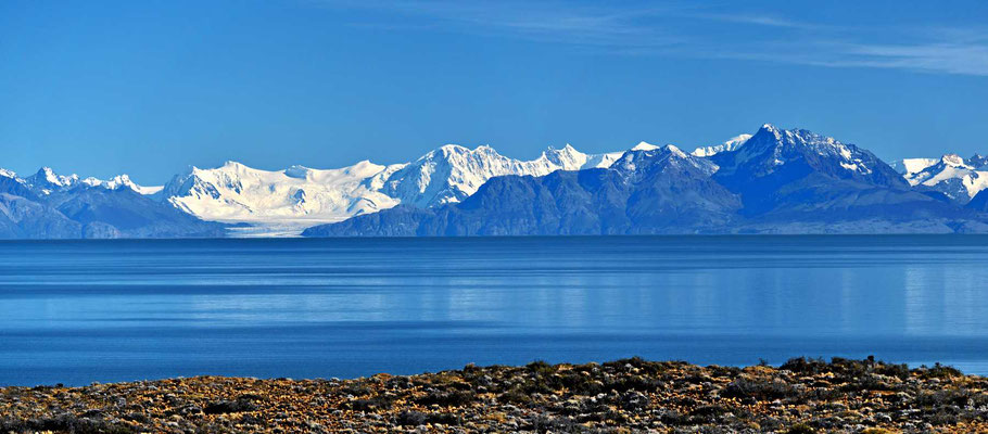 Blick über den Lago Viedma zum Fitz Roy-Bergkette, der  linke Teil.
