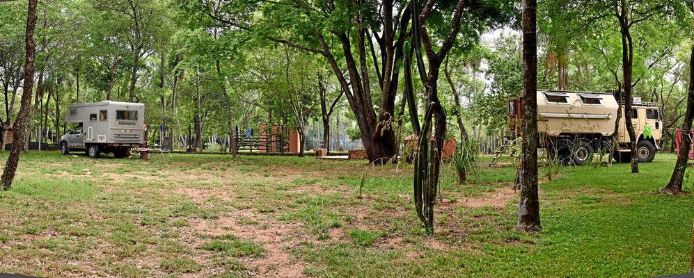"""Der Campingplatz von Hasta La Pasta. Rechts steht der Truck der beiden """"Vagabunden""""."""