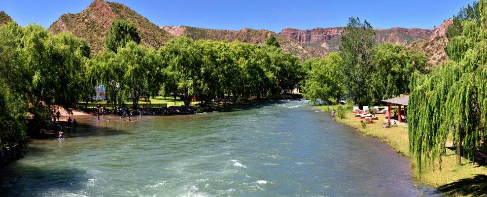 Jeder freie Platz am Fluss ist mit Campingplätzen, Hotels und Restaurants belegt.