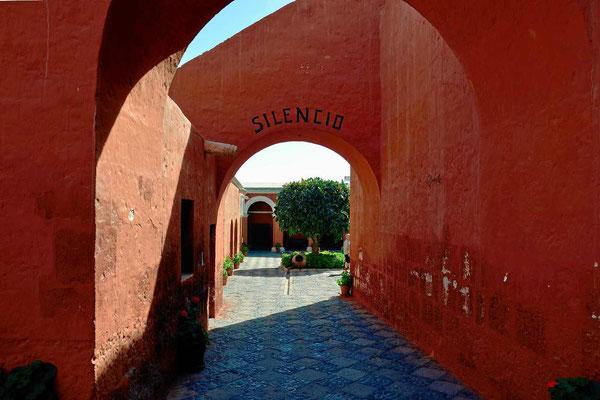 Der Eingang des Klosters Santa Catalina mit dem Motto des Klosters.