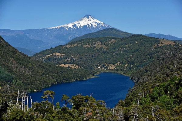 Von einem Mirador haben wir einen tollen Blick auf den See Tinquilco und auf den Vulkan Villarrica.