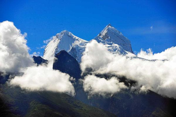 Der Blick vom Campingplatz (wenn die Wolken es zulassen). Deshalb heißen die weißen Berge so.