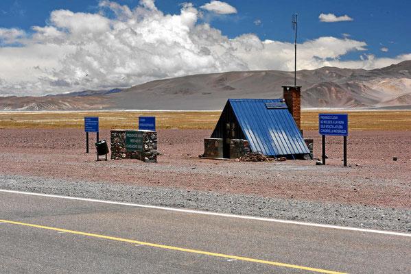 Alle 20 km gibt es eine Schutzhütte neben der Straße. Im Winter muss es hier manchmal sehr ungemütlich sein.