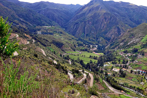 Auf der anderen Seite der Cordillera Blanca geht es in vielen Serpentinen nach Chavin de Huantar.