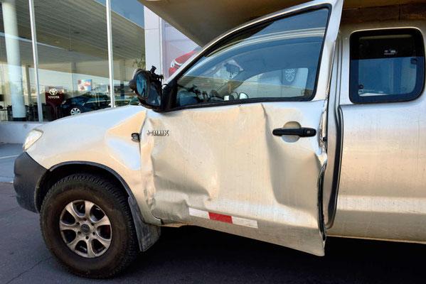 """Mein """"neues Auto"""", die Tür und der vordere Kotflügel etwas zerdetscht, alle Türhalterungen aus der A-Säule heraus gerissen."""