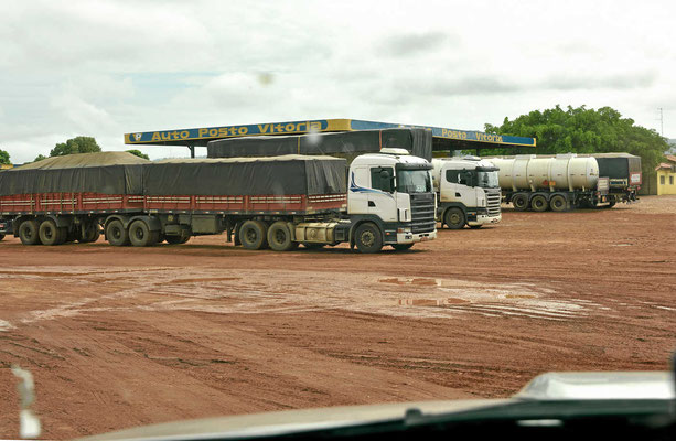 Brasilien ist ein leeres Land, entsprechend groß sind diese Parkplätze.