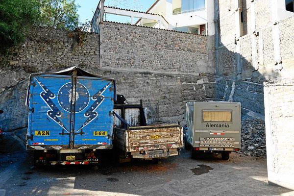 Hohe Mauern um den Parquadero schützen uns vor dem Stadtlärm.