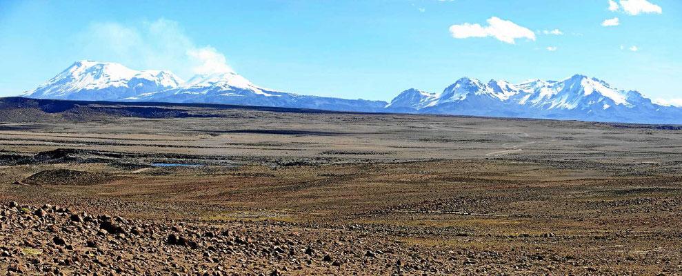 Der Berg Corupana (6613 m) mit seinen Gletschern und direkt daneben ein fast ebenso hoher Vulkan, der Rauch ausspuckt (links im Bild)
