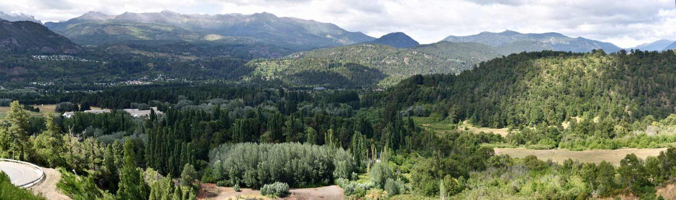 Die Umgebung von San Martin de Los Andes ist richtig grün. Kurz vorher herrscht noch trockene Pampalandschaft vor.