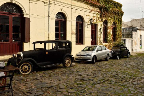 Die vielen alten Autos fallen auf, die hier an den Straßenrändern verrotten.