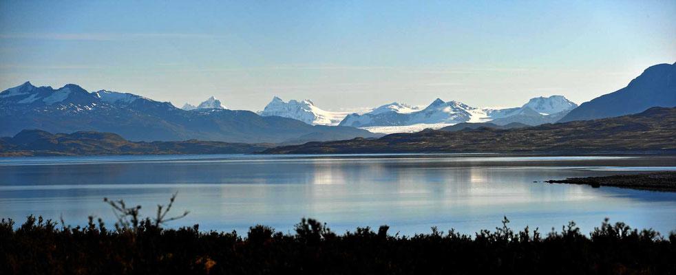 Blick über den Lago Sarmiento d Gamboa zum Gray-Gletscher, so 100 km entfernt.