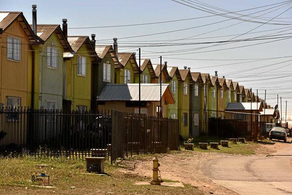 Schuhschachtelhäuser in Osorno. In Chile gibt es manchmal Riesensiedlungen absolut identischer Minihäuser.