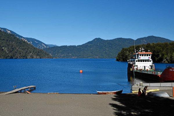 Der See Pirehueico und die Autofähre. Eine Fährfahrt über den See mit der Fähre ist die einzige Möglichkeit, den See zu erleben.