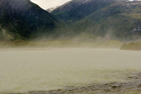 Der patagonische Starkwind bläst Gischt in die Luft. Da sucht man einen windarmen Übernachtungsplatz.