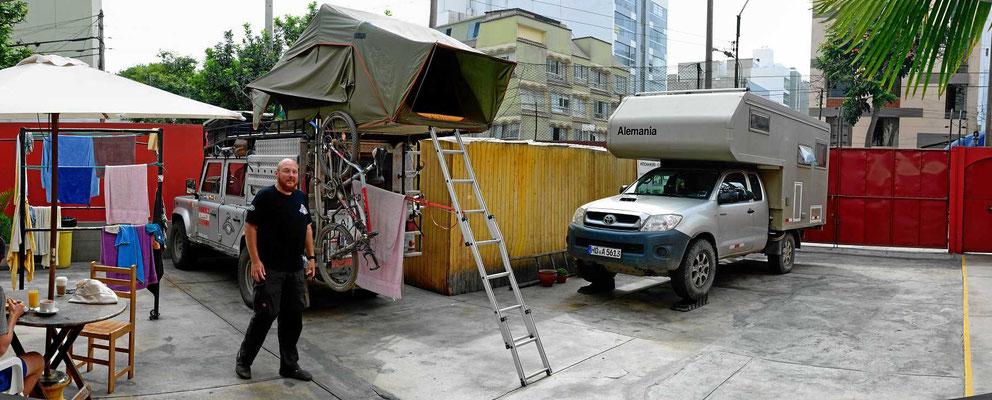 """Der Übernachtungsplatz im Hitchhiker Hostal mit dem Defender des Österreichers. Links sieht man einen Teil der """"Außenanlage"""" des Hostals mit Gesprächsrunden bis in den Morgen,"""