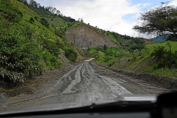 """Die """"Steinschlagstrecke"""" beginnt. Immer wieder sind Teile der Straße durch Bergrutsche versperrt."""