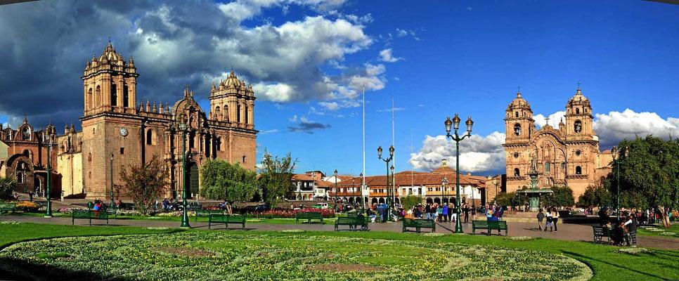 Der plaza de armas - der zentrale Platz von Cusco mit Kathedrale und Jesuitenkirche.