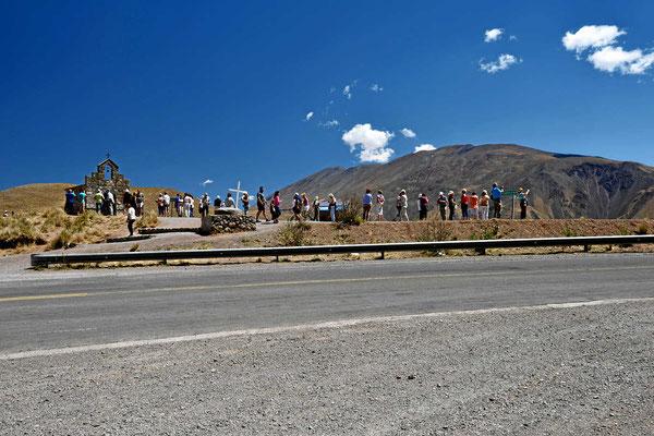 Die Abfahrt nach Salta beginnt an einem kleine Pass  (3350 m hoch), Touristenrummel.