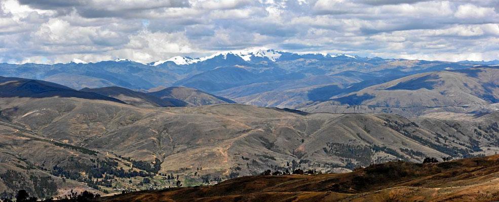 Weite Altiplano-Landschaft auf dem Weg nach Cusco.