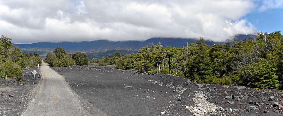 Man fährt durch die Lavafelder von einem Ausbruch 2008