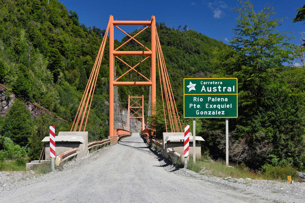 Es existieren noch einige Hängebrücken aus der Anfangszeit der Straße.