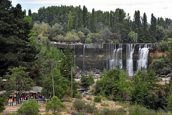 Salto de Laja, die größten Wasserfälle Chiles. Jetzt in der Trockenzeit nicht weltbewegendes. Aber trotzdem ist alles voll mit Chilenen.