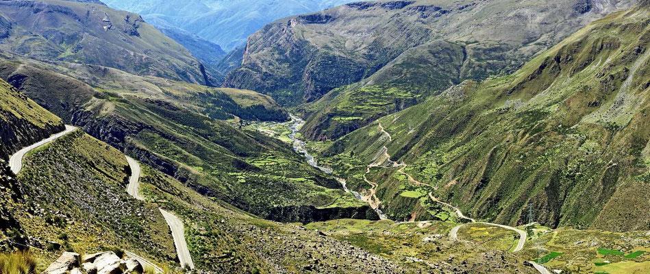 Die Straße hinab ins Tal des Rio Huanca.