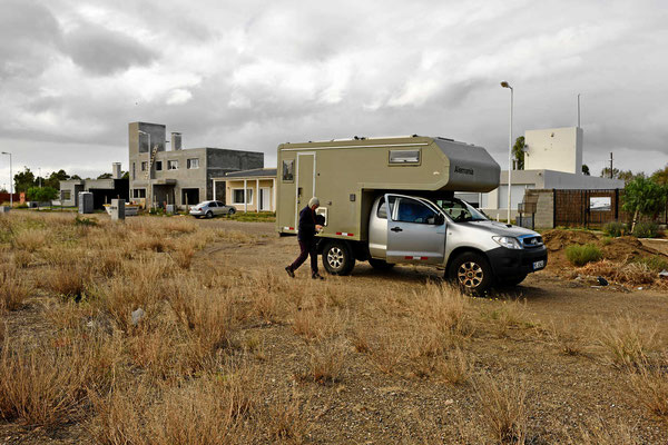 Und haben uns mitten in eine Neubausiedlung in Puerto Madryn hingestellt.