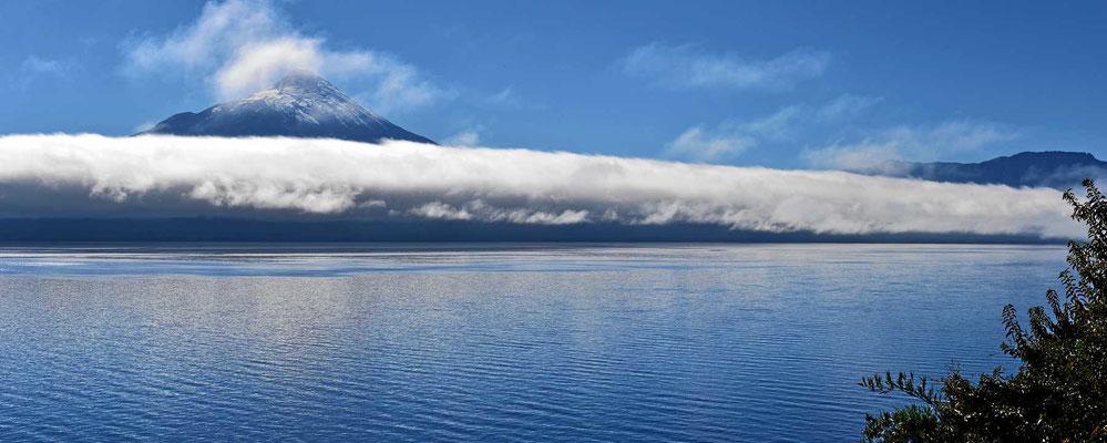 Rückblick auf den Vulkan Osorno über den See Llanquihue hinweg.