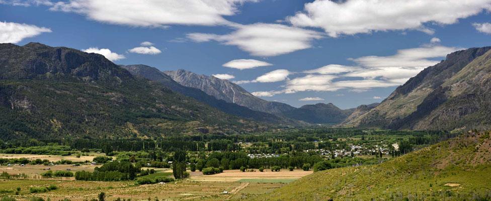 Die Fahrt zum Nationalpark Los Alerces verläuft durch ein sehr schönes langgezogenes Tal.