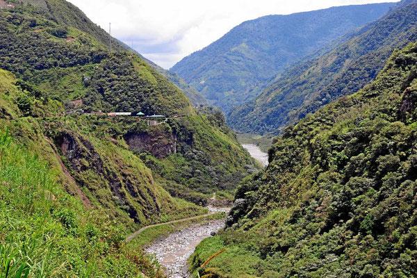 """Das Tal des Rio Pastaza. Die Bergflanken sind mit Nebelwäldern """"bestückt""""."""