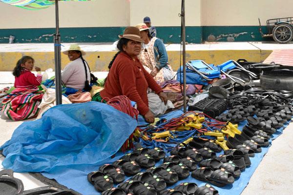 Markt am Titicacasee. Solche Schuhe halten sicherlich.