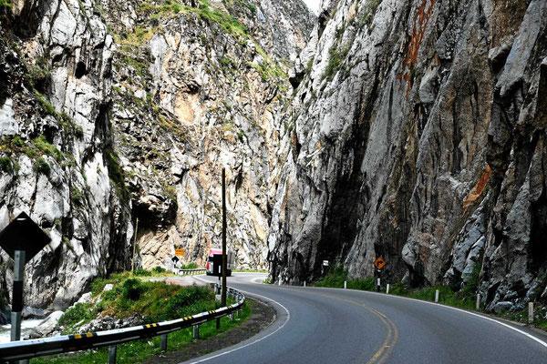 Durch so ein Tal verläuft die Straße und die Eisenbahn.
