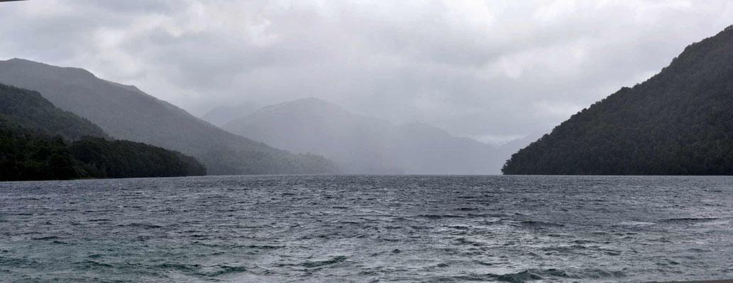 Der Lago Hermoso, in den Bergen regnet es.