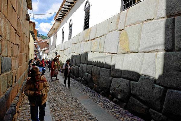 Reste der alten Incapaläste. Auf den Incafundamenten sind neue Gebäude errichtet worden.