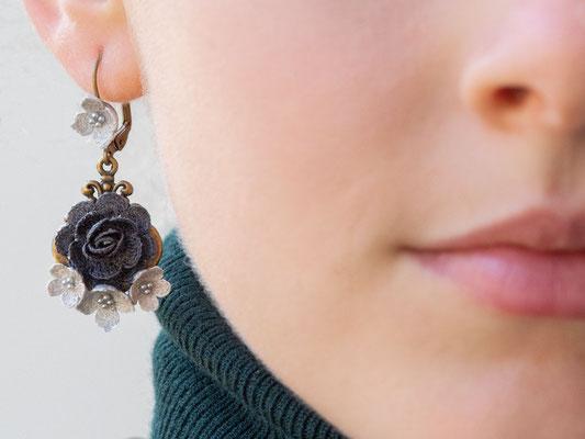 Am Ende des Fadens steht die Blüte: Gehäkelte Schmuckstücke von Sabrina Tanner aus Gränichen.
