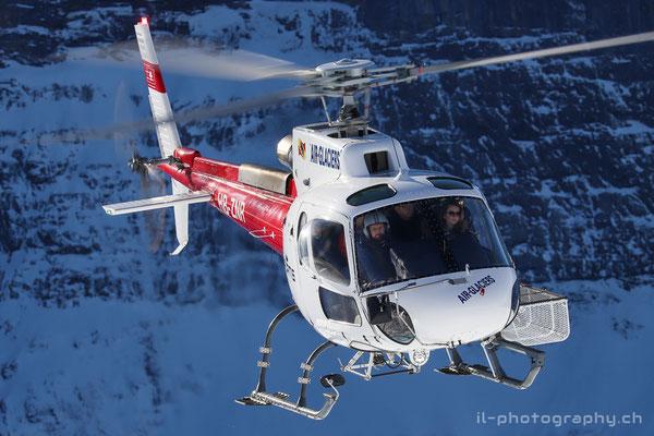 Ein Helikopter führ Passagierflüge anlässlich der Lauberhornabfahrt durch.