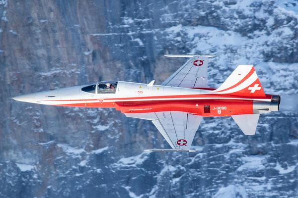 Airshow der Swiss mit einem Airbus A321 und der Patrouille Suisse anlässlich der Lauberhornrennen.