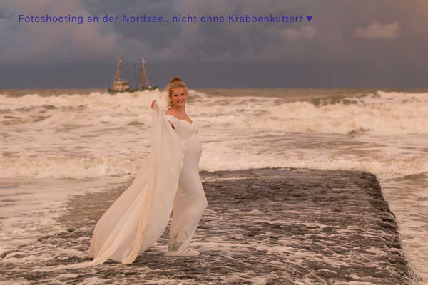Babybauch Model im Meer