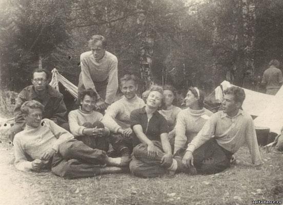 Рихтер с альпинистами на Гуначхирской поляне, лето 1944-го года.
