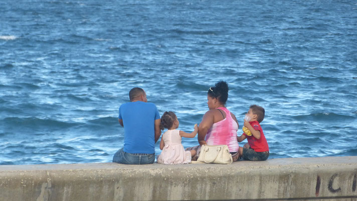 Familie langs de Malecon