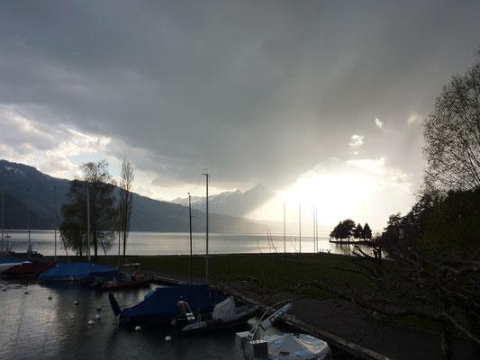 Fraaie regenbui over het meer