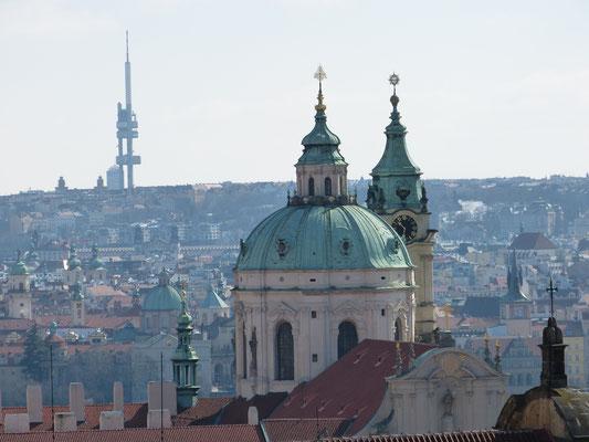 St Nicolaaskerk boven Praag uit