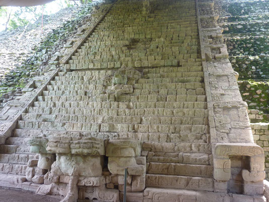 piramide met hyrogliefen trap