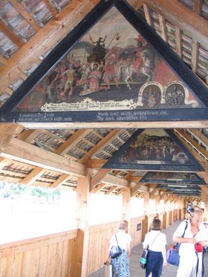 Beschilderingen op de Kapelbrücke