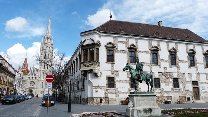 Het oude raadhuis met de Matthiaskerk