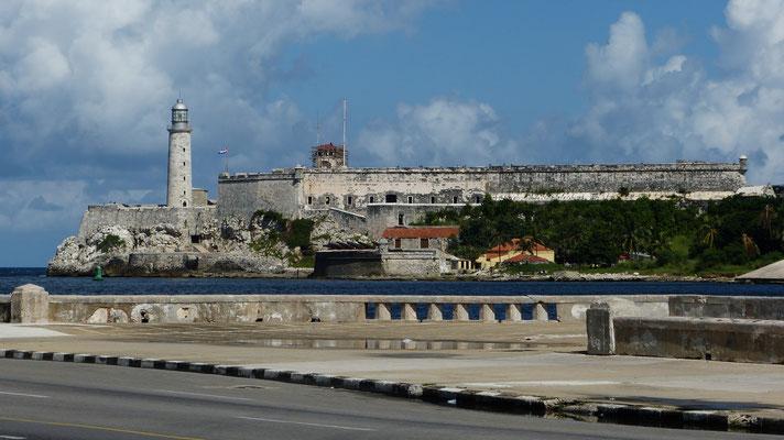 Zicht op het fort aan de andere zijde van de baai