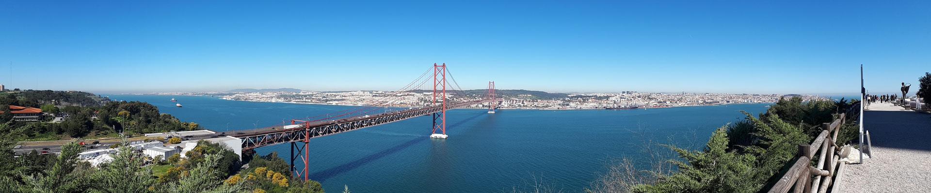 Uitzicht over de Ponte 25 de Abril, de Taag en Lissabon